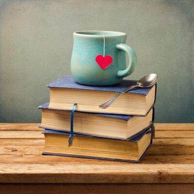 Bild Old Vintage Bücher und Tasse mit Herz-Form auf Holztisch