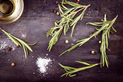 Bild Olivenöl mit Rosmarin, Pfeffer und Salz. Mittelmeer-Zutaten.