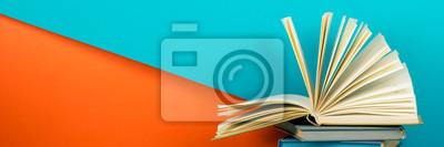 Bild Open book, hardback books on wooden table. Back to school. Copy space