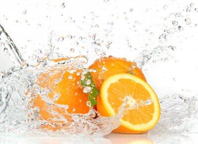 Orange Früchte mit Spritzwasser