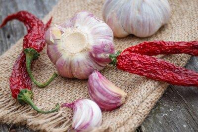 Bild Organic Knoblauch ganz und Nelken und trockene Chili auf dem rustikalen hölzernen Hintergrund