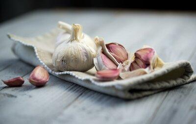 Bild Organische Knoblauch auf hölzernen Hintergrund