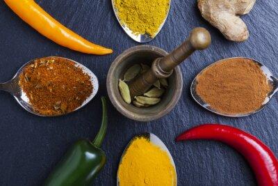 Bild Orientalische indische Gewürze Curry Paprika Muskatnuss auf Schiefer