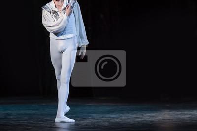 Outfit, Choreographie, Unterhaltungskonzept. Blendende weiße Figur des männlichen Ballett-Tänzers tragen Hemd mit Handarbeit, Strumpfhosen und pointe Schuhe tanzen auf der dunklen Bühne ganz allein