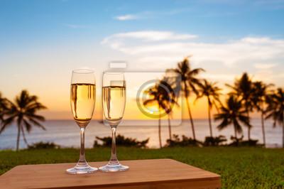 Bild Paar Champagnergläser in einem schönen Sonnenuntergang Einstellung. Romantisches Wochenende und exotisches Urlaubsfeiertagskonzept.