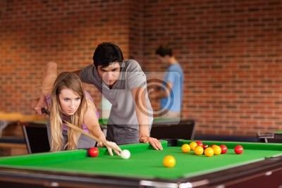Paar, der Snooker spielt