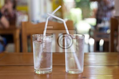 Paar Glas Wasser mit weißen Rohr auf Holztisch, selektiven Fokus