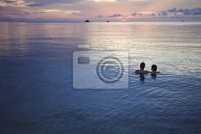Paar in das Meer bei Sonnenuntergang.