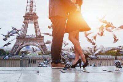Bild Paar in der Nähe von Eiffelturm in Paris, romantischen Kuss