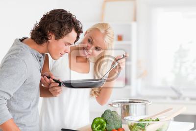 Paar Kochen mit einer Pfanne