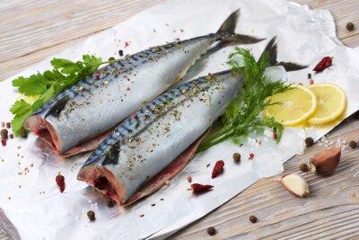 Bild Paar Makrelen mit Gewürzen auf der Folie zum Backen