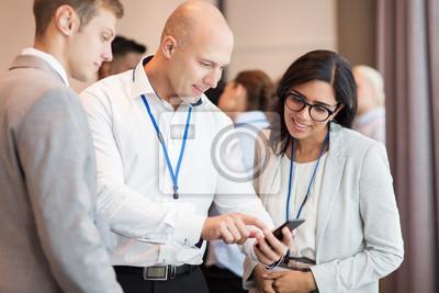 Bild Paar mit Smartphone auf Geschäftskonferenz