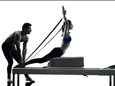 Paar Pilates Reformer Übungen Fitness isoliert