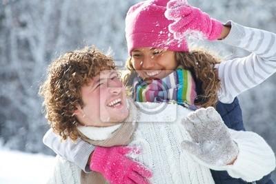 Paar spielt Schneebälle