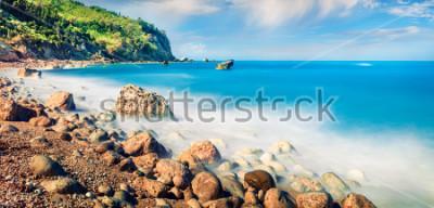 Bild Panoramablick auf den Frühling von Avali Beach. Unglaublicher Morgenmeerblick des ionischen Meeres. Aufregende Szene im Freien von Lefkas-Insel, Griechenland, Europa. Schönheit des Naturkonzepthinterg