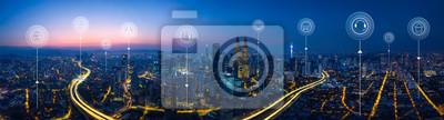 Bild Panoramavogelperspektive in den Stadtbildskylinen mit intelligenten Dienstleistungen und Ikonen, Internet von Sachen, von Netzwerken und von vergrößertem Wirklichkeitskonzept, Sonnenaufgangszene des f