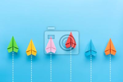 Bild Papierflugzeug auf blauem Hintergrund, Geschäftswettbewerbskonzept.