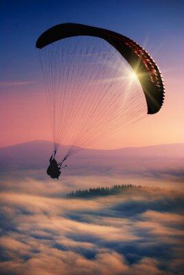 Paraglide in einem Himmel