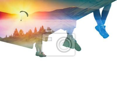 Paraglide Silhouette in einem Himmel und eine Gruppe von Wanderern