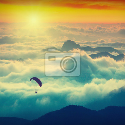 Paraglide über den Bergen
