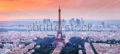 Bild Paris, Frankreich. Panoramablick auf die Skyline von Paris mit dem Eiffelturm in der Mitte. Erstaunliche Sonnenunterganglandschaft mit drastischem Himmel.