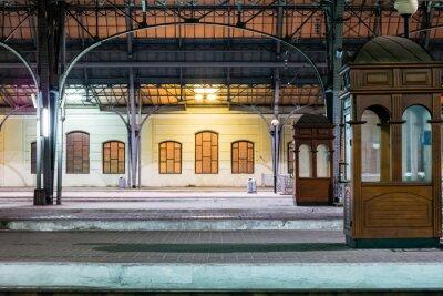 Bild Passagier-Plattform in der Nacht auf dem Bahnhof. Bahnhof in der Nacht.