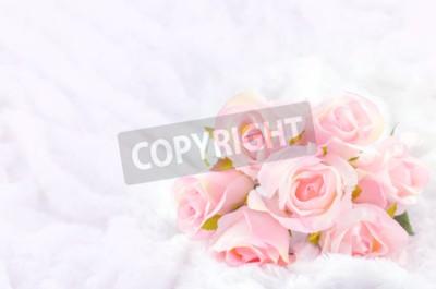 Bild Pastell farbige künstliche rosa Rose Hochzeit Brautstrauß auf weißem Pelz-Hintergrund mit weichen Vintage-Ton