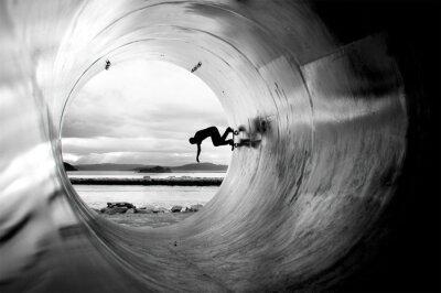 Bild Person Skateboarding In Tunnel