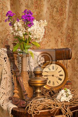 Bild Phlox Blumenstrauß auf dem alten Stuhl mit antiken Uhr