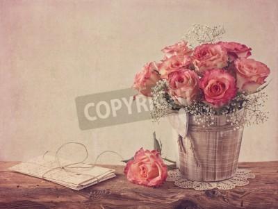 Bild Pink roses on wooden desk