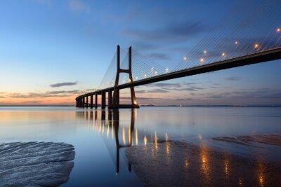 Bild Ponte Vasco da Gama als auch anoitecer com iluminação.