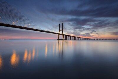 Bild Ponte Vasco da Gama sobre o Rio Tejo em Lisboa und Nascer do Sol