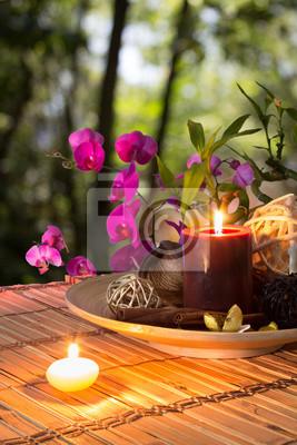 Popurri, Schüssel, Kerzen und Orchideen - im Wald