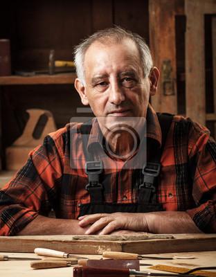 Bild Portrait der älteren Schreiner in seiner Werkstatt.