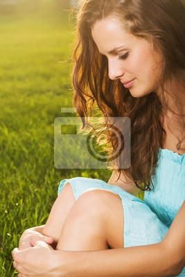 Portrait der jungen schönen Frau, brünett