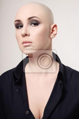Bild Portrait Der Jungen Skinhead Frau Mit Rauchigen Augen Make Up