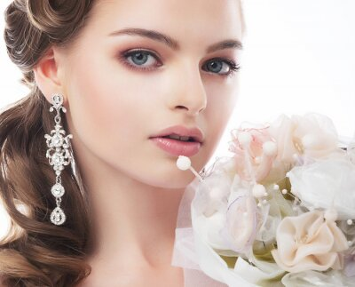 Bild Portrait der schönen jungen Braut isoliert auf weißem Hintergrund