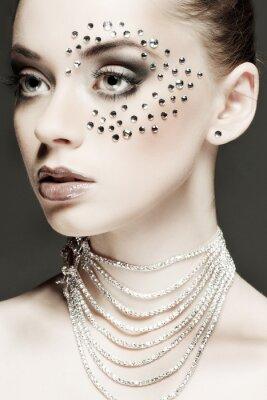 Bild Portrait der schönen Mädchen mit strasses auf Gesicht, auf einem dunkelgrauen