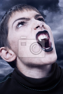 Portrait des harten Vampir mit scharfen langen Zähnen an stürmischen Nacht