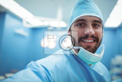 Bild Portrait des männlichen Chirurgen lächelnd in Operation Theater