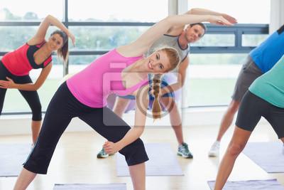 Portrait des sportlichen Menschen Stretching Hände bei Yoga-Kurs