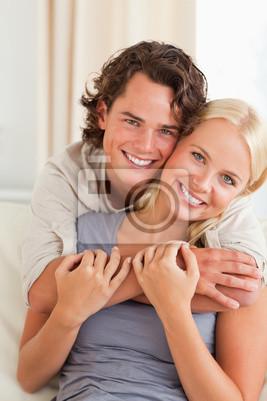 Portrait eines jungen Paares umarmen einander
