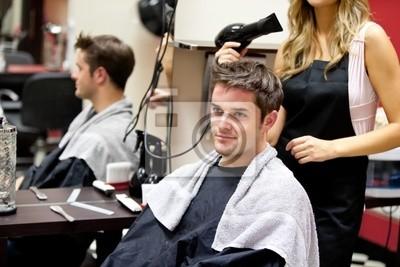 Portrait eines Kunden mit einem weiblichen Friseur