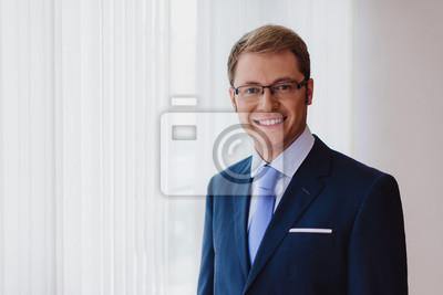 Portrait Eines Lächelnden Geschäftsmannes Dunkelblauer Anzug