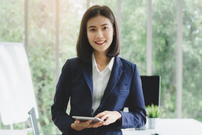 Bild portrait of asian business woman in company meeting room.