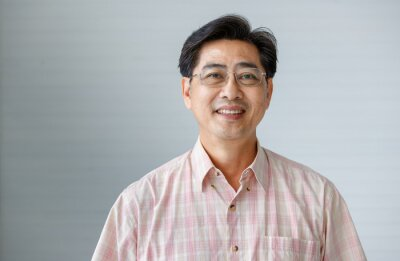 Bild Portrait of warm personality senior older man wearing eyeglasses with smile face poses to a camera with self-confidence and good looking