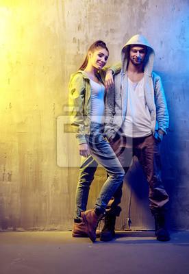 Portrait von zwei talentierten Hip-Hop-Tänzer auf einer konkreten backgroun