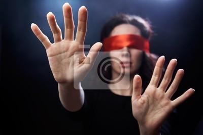 Porträt der Frau mit roten Binde auf die Augen