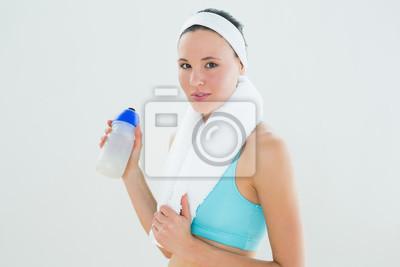 Porträt einer Frau mit Tuch um den Hals, der Wasserflasche hält