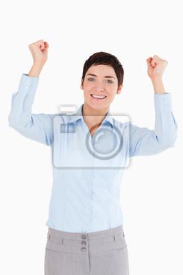 Porträt einer fröhlichen Geschäftsfrau mit den Fäusten bis